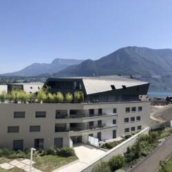 vue lac et montagne de la logia dans résidence avant scene a Annecy