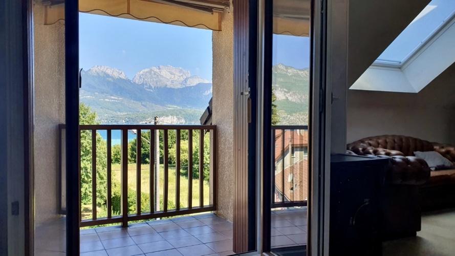 vue lac et montagne du salon a Annecy