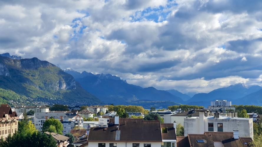 vue montagne et lac annecy