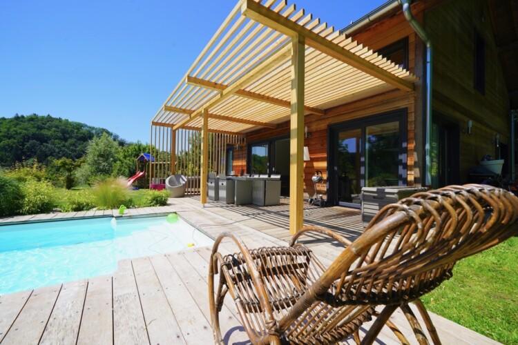 Chalet vue sur terrasse et piscine