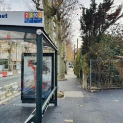 arrêt de bus en bas de l'immeuble
