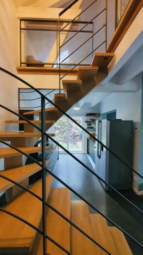cuisine vue a travers escalier chalet naves parmelan