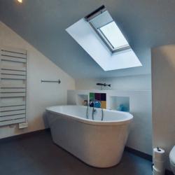 salle de bain du haut avec baignoire chalet naves parmelan