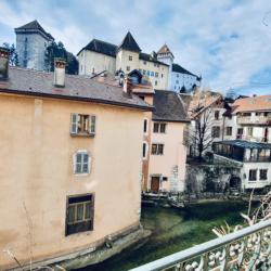 balcon vue sur le château d'Annecy